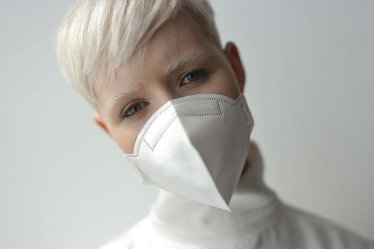 Frau, die Gesichtsmaske trägt