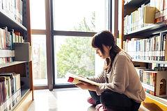 Lecture de livres de bibliothèque