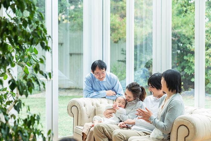 畳を交換、張替え、新調、畳替え、裏返ししたお客様が、家族そろって素敵な団らんを過ごしてもらいたい想いを込めて、母親、父親、こども、祖父がそろった家の写真を活用しています。
