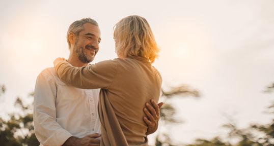 Loveshoot tijdens zonsondergang met ouder koppel