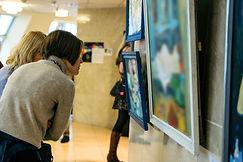 Kijkend naar schilderijen