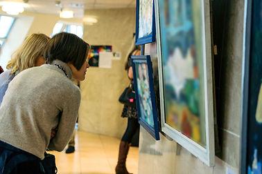 Admirando quadros em museu