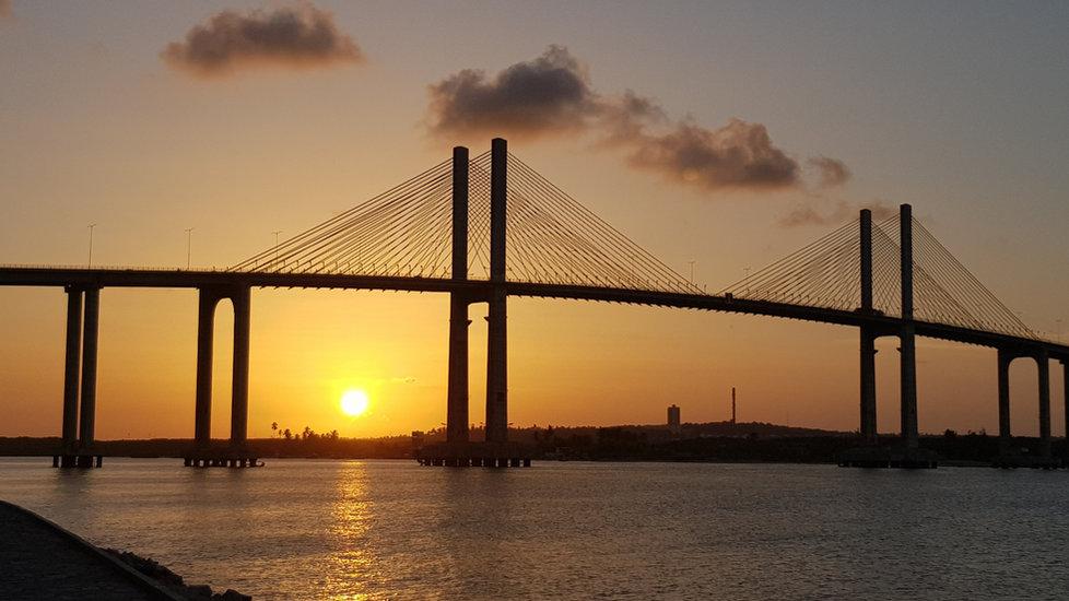 Pôr do sol e ponte