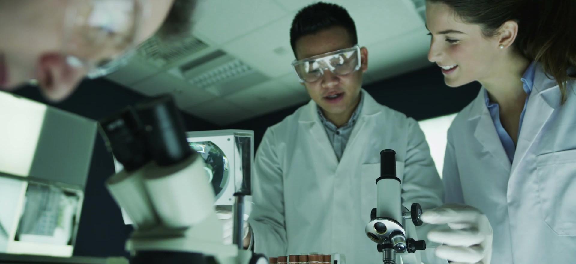 Los científicos analizar muestras