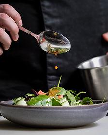 Um homem preparando uma salada