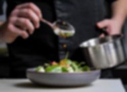 Un uomo che prepara un'insalata