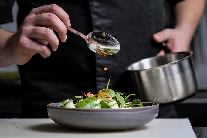 Un homme prépare une salade