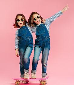 スケートボードの双子