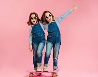 Tweeling op een skateboard