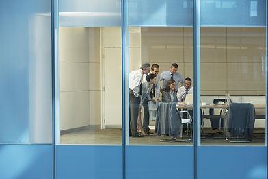 창을 통해 비즈니스 회의