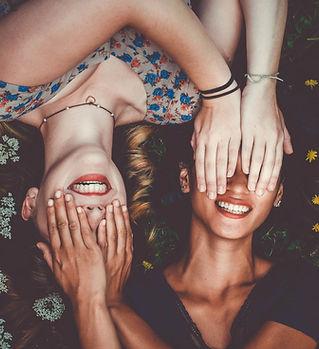 目を覆う友達