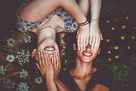 Amis couvrant les yeux
