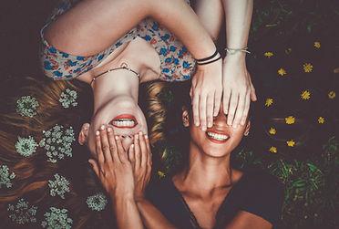 Freunde, die Augen bedecken