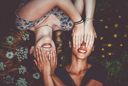 Amici che coprono gli occhi