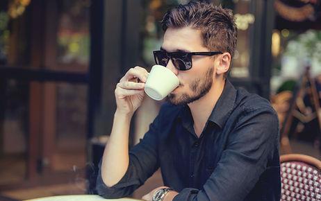 Hombre bebiendo machiatto