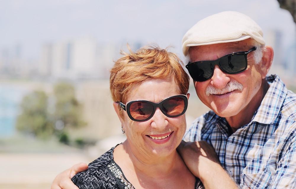 זוג בגיל השלישי אחרי טיפול בדימיון מודרך מבלה בחוף הים