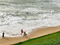 Surfistas entrando no mar