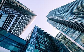 抬頭看著摩天大樓