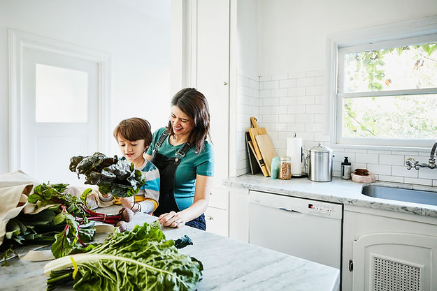 キッチンの母と息子