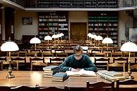 Homem na biblioteca