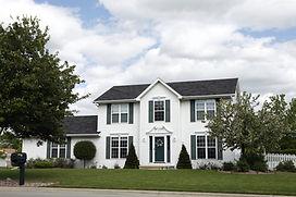 白い二階建ての家