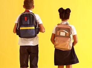 Enfants avec sacs à dos