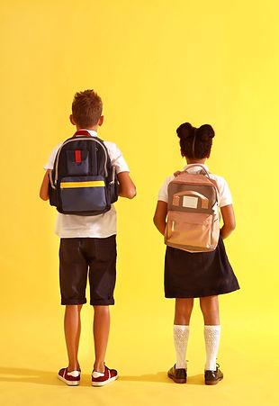 Niños con mochilas