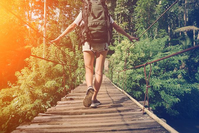Puente de madera caminando