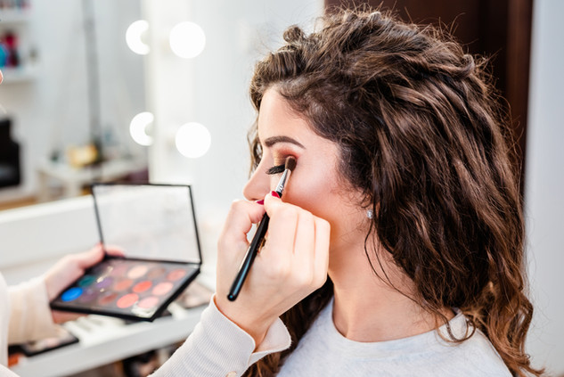 Mulher maquiando