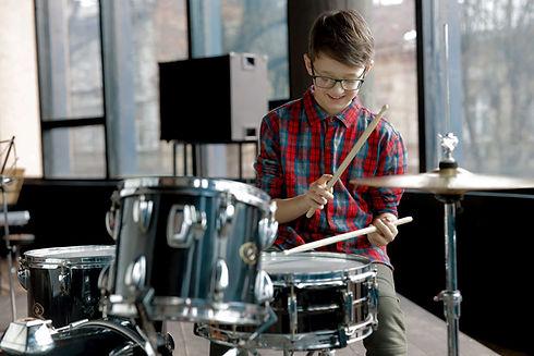 Glücklicher Schlagzeuger