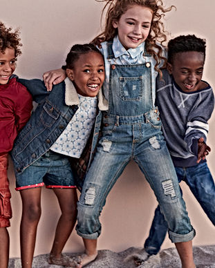 Enfants mignons posant contre le mur Aloe Vera Passion