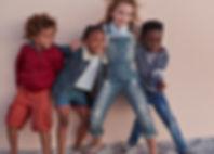 Nette Kinder, die gegen Wand aufwerfen