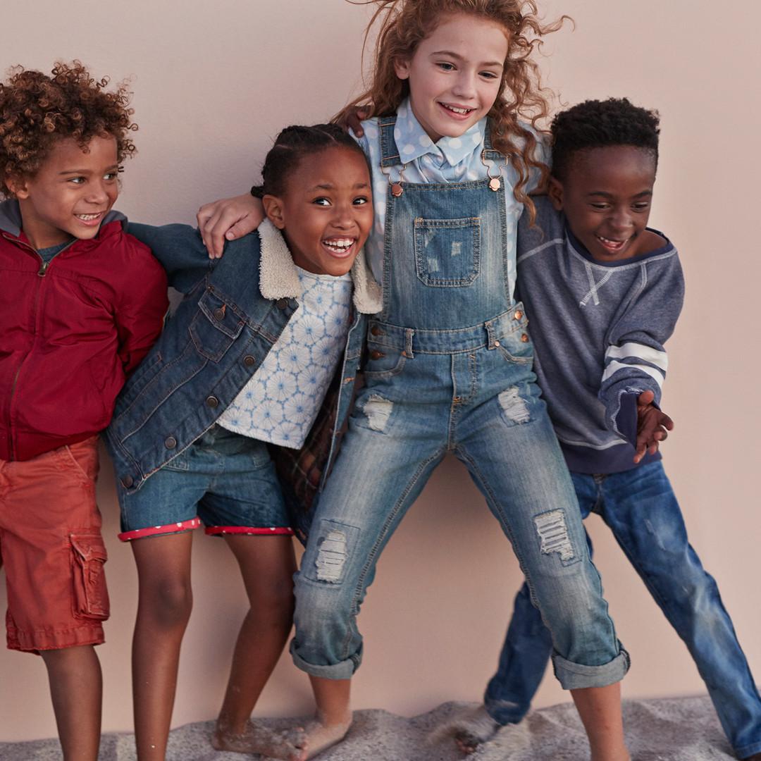 Enfants mignons posant contre le mur