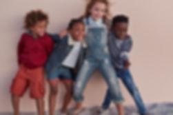 Schattige kinderen poseren tegen muur