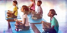 Crianças da escola meditando
