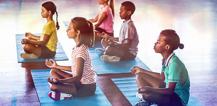 Niños de la escuela meditando