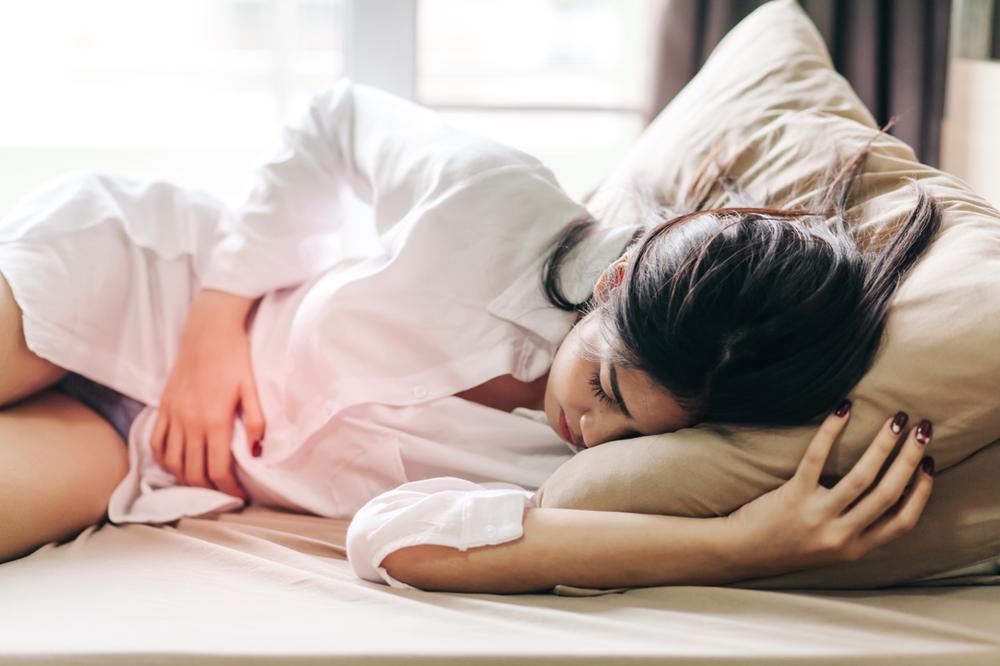 Frau mit Bauch- und Magenschmerzen durch Zöliakie