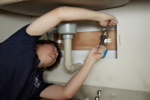 洗面台を直す配管工