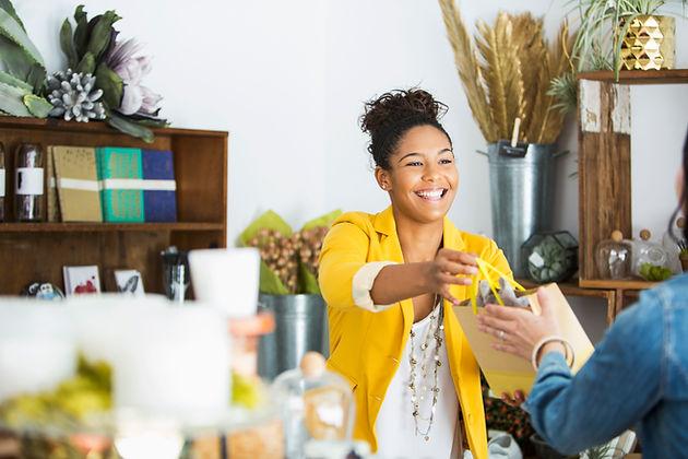 Un vendeur remettant un sac à un acheteu