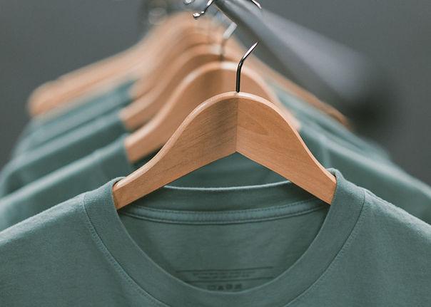 T-shirty na wieszakach