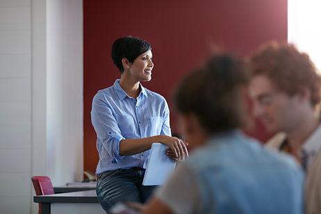 Insegnante femminile fiducioso