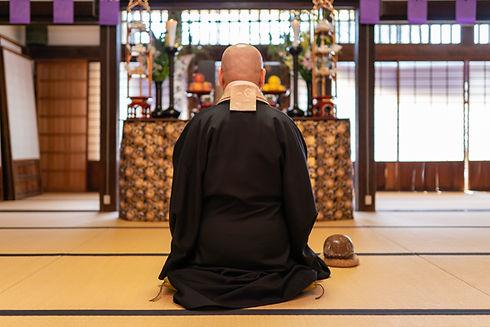 お経をあげる僧侶と広島市民葬儀