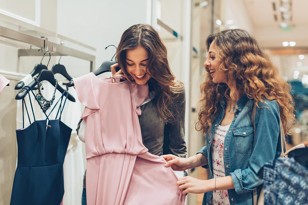 Mulheres comprando roupas