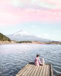 湖畔に座る母と娘