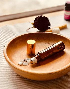 Produtos de beleza na tigela de madeira