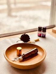 Beauty-Produkte auf Holzschale
