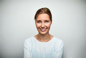Metà di donna sorridente adulta