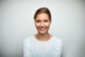 Mujer adulta media sonriente
