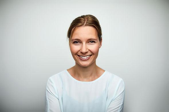Orta yetişkin gülümseyen kadın