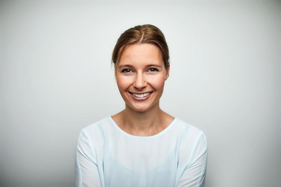 Mittlere erwachsene lächelnde Frau